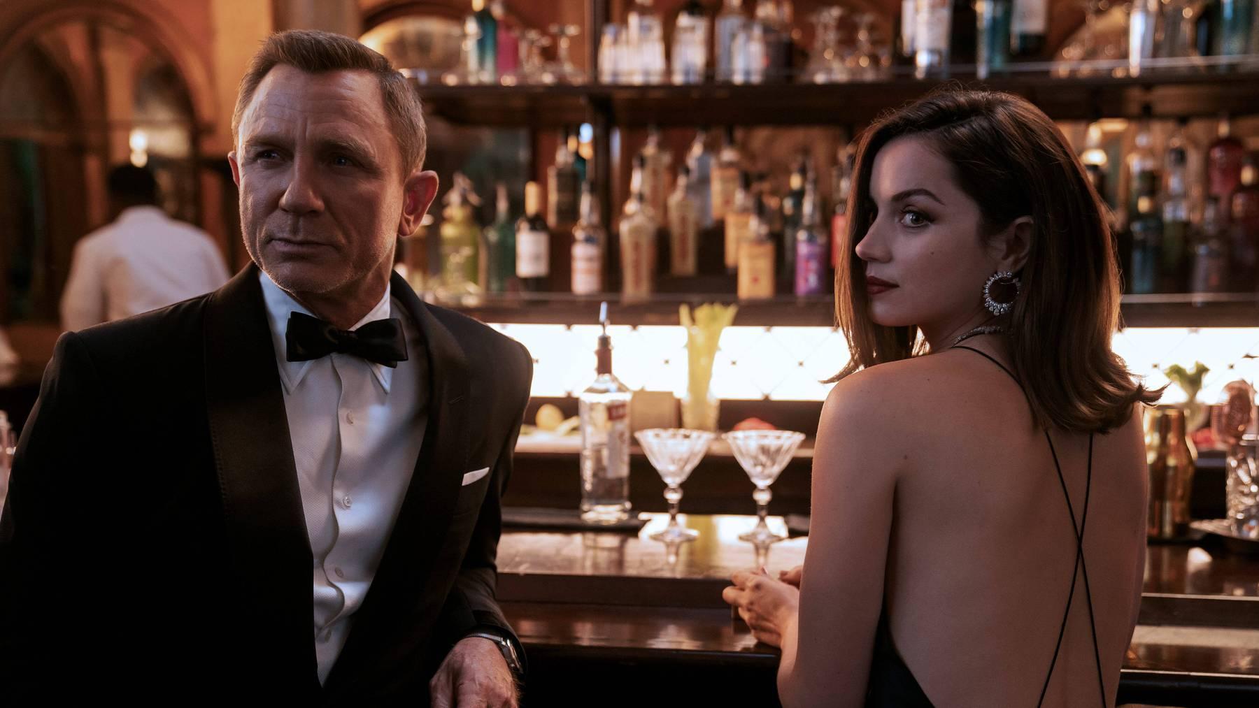 James Bond (Daniel Craig) und Paloma (Ana de Armas) müssen sich noch ein bisschen gedulden.