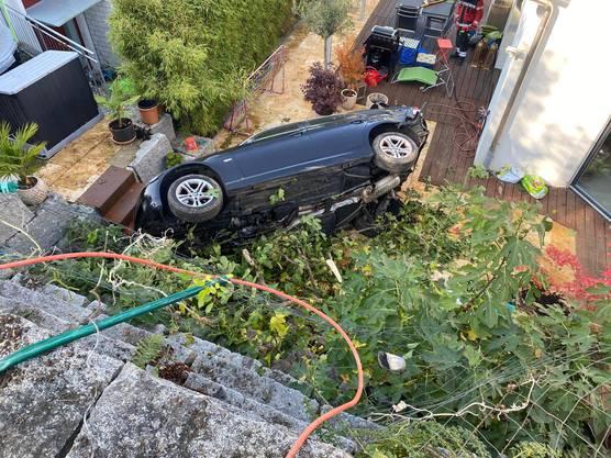 Pratteln BL, 19. Oktober: Der parkierte Wagen hatte sich selbständig gemacht und rollte davon. Verletzt wurde niemand.