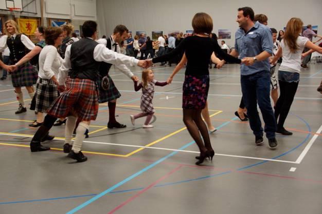 Keiner zu jung, um schottisch zu tanzen.