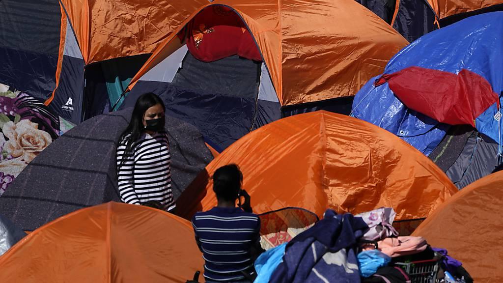 Zelte von Migranten, die in den USA Asyl suchen, stehen am Grenzübergang in Tijuana.