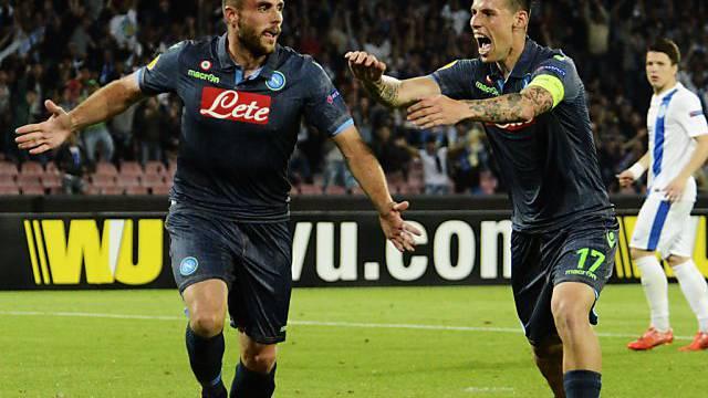 Napolis David Lopez (links) wird von Marek Hamsik gefeiert