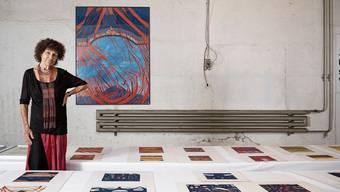 Heidi Widmer hat Hunderte Werke auf langen Tischen ausgebreitet. Rot, Blau, Gold und Schwarz sind ihre Farben.