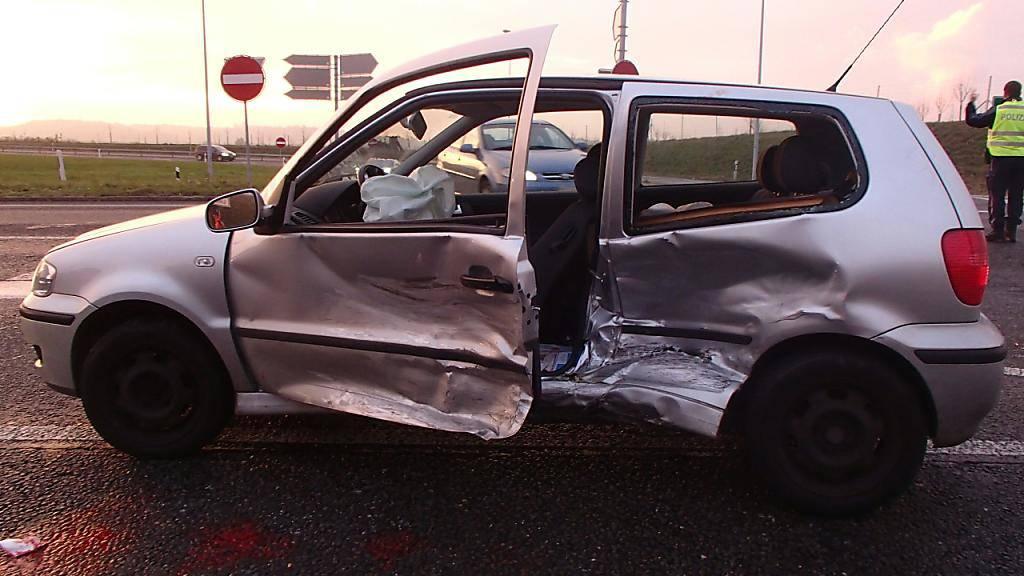 Die 81-jährige Lenkerin dieses Kleinwagens wurde bei einer heftigen Kollision in Kölliken AG schwer verletzt. Sie hatte das Vortrittsrecht missachtet.