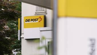 Der Bundesrat soll die Post-Leitung anweisen, so lange keine Poststellen mehr zu schliessen, bis eine nationale Poststellenplanung vom Eidgenössischen Departement für Umwelt, Verkehr, Energie und Kommunikation (UVEK) genehmigt wird. (Symbolbild)