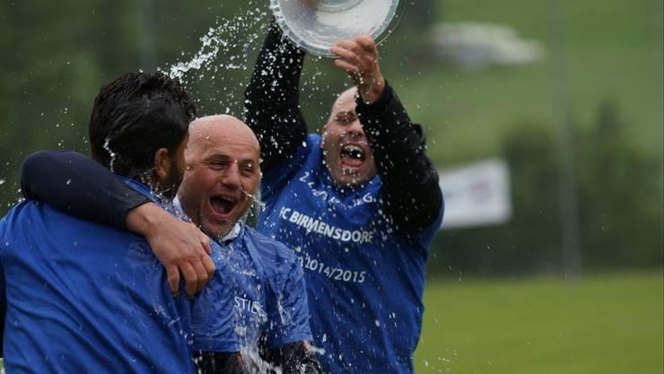 Wasserdusche für FCB-Trainer Fabio Stiz.