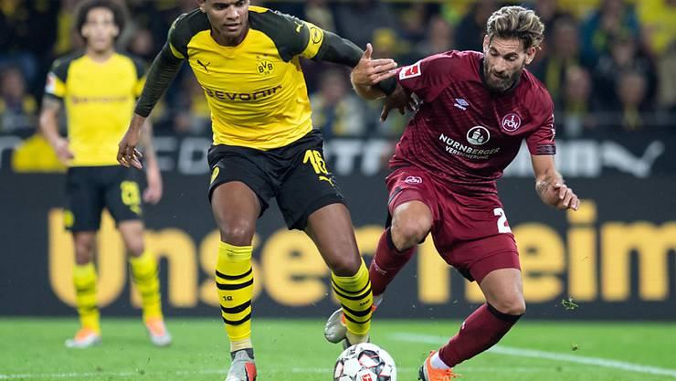Manuel Akanji (links) trifft im 16. Bundesligaspiel für den BVB erstmals