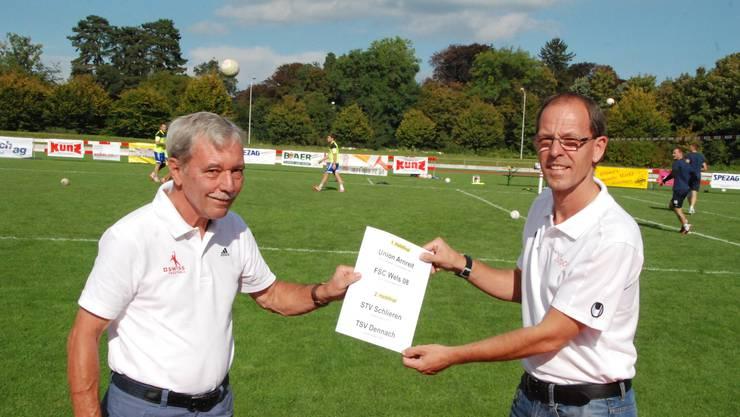 IFA-Vertreter Josef Andolfatto (links) und Manor-Indoors-OK-Mitglied Markus Roth nach der Auslosung.