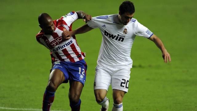 Real siegt dank einem Treffer von Gonzalo Higuain (r. im Duell mit Gijons Gregory Arnolin)