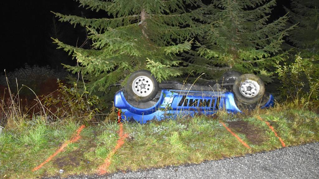 Fahrzeug überschlagen: 17-Jähriger bei Unfall mit Motorkarren schwer verletzt