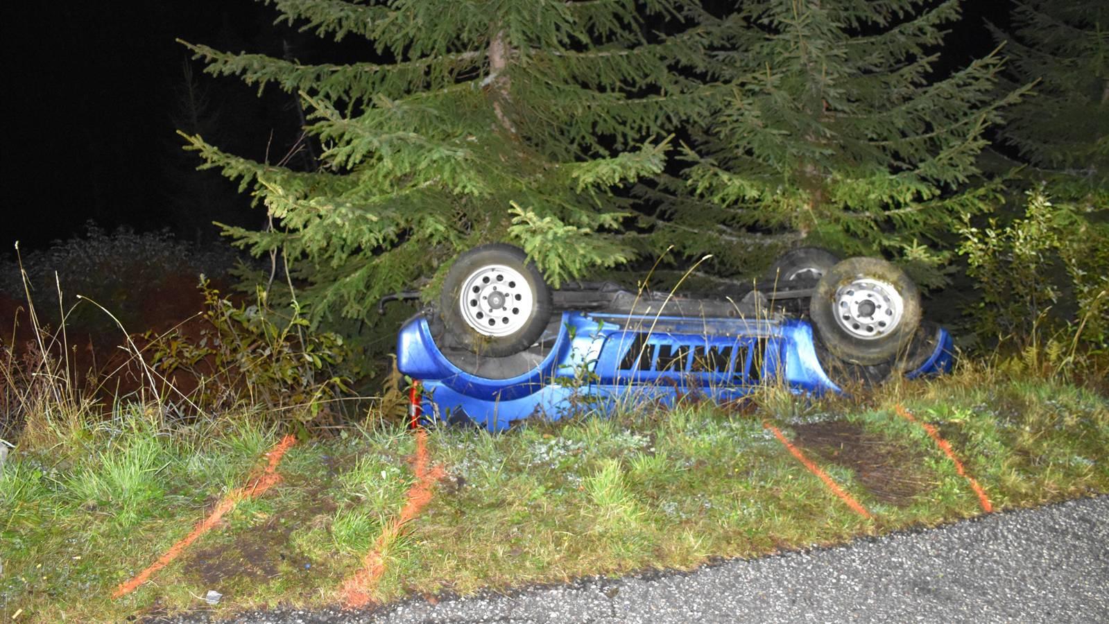 Das Fahrzeug überschlug sich und kam in einer Böschung zum Stillstand.