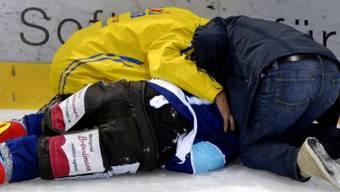 Andreas Camenzind liegt regungslos auf dem Eis.