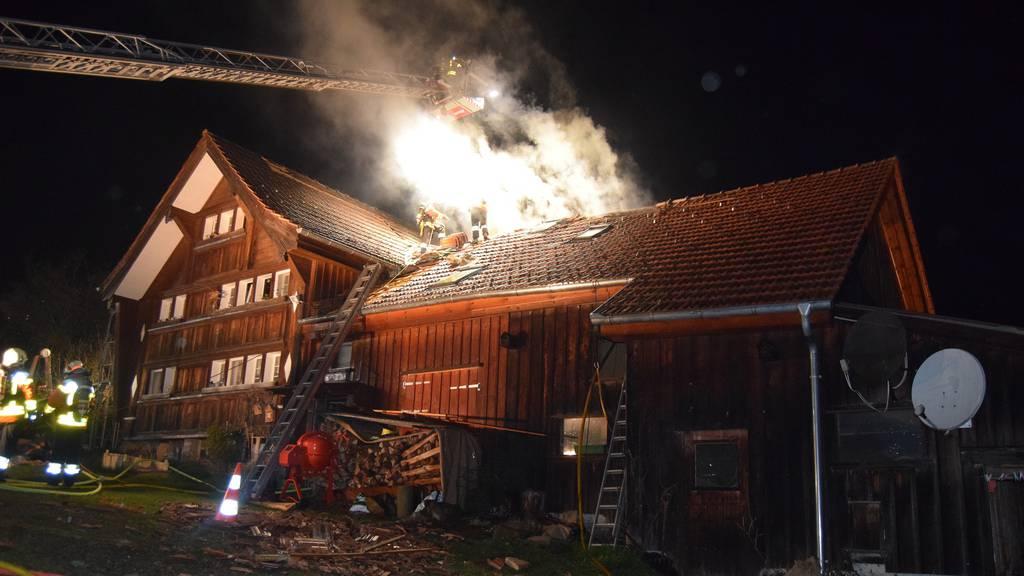 Bauernhaus und Stall durch Boiler in Brand geraten