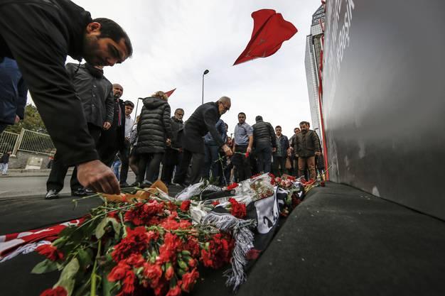 Trauernde legen Blumen ab für die Opfer des Bombenanschlags beim Besiktas-Fussballstadion in Istanbul am 10. Dezember.