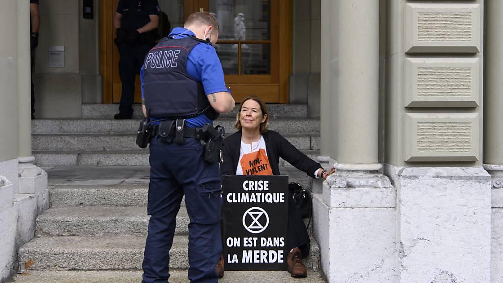 Fünf Klimaaktivisten kleben sich ans Bundeshaus