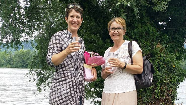 Die zurückgetretene Gemeindepräsidentin Sibylle Lüthi (rechts) gratuliert Nachfolgerin Françoise Moser zur Wahl. zvg