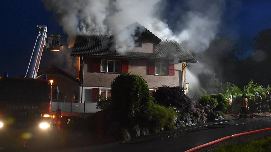 Zusammenhang mit Blitz vermutet: Einfamilienhaus gerät in Brand