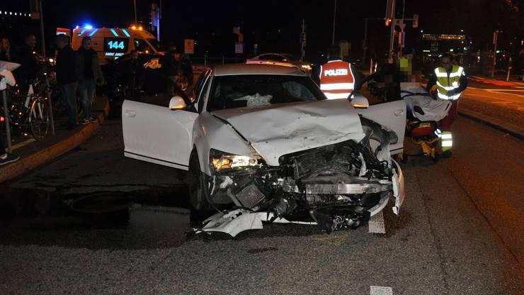 Die beiden Insassen des weissen Autos zogen sich leichte Verletzungen zu.