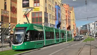 Das 8er-Tram vor dem Weiler Rheincenter und kurz vor dem Zoll Hiltalingerstrasse