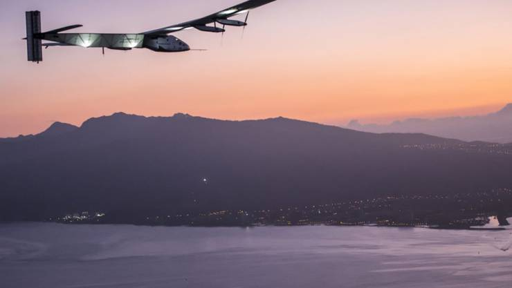 Solar Impulse beim Anflug auf Hawaii - dann war wegen defekter Batterien vorerst Schluss mit der Erdumrundung. Die Reparaturen werden rund 20 Millionen Euro kosten.