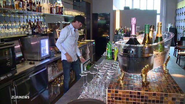 Vujo versucht sich als Barkeeper