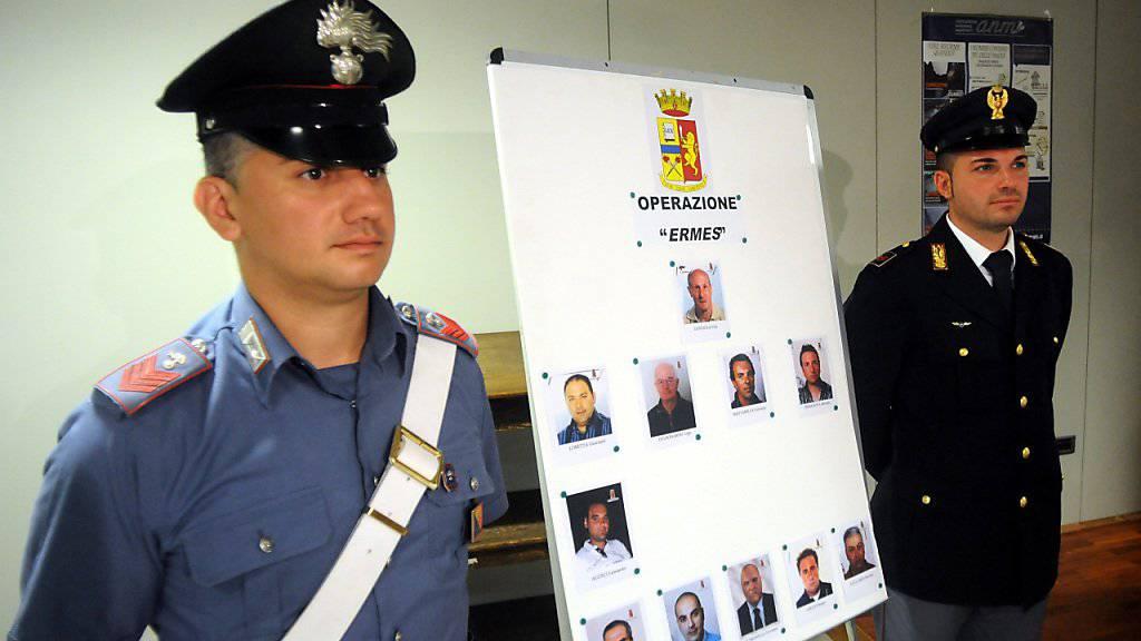 Mafia-Boss Matteo Messina Denaro werden 50 Morde zur Last gelegt. Polizisten an einer Pressekonferenz in Palermo mit Bildern seiner mutmasslichen Helfer. (Archivbild)