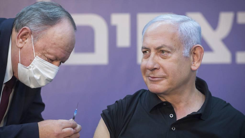 Minsterpräsident Benjamin Netanjahu erhält die zweite Corona-Impfung. Foto: Miriam Elster/POOL FLASH 90/AP/dpa