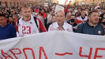 Auch am Sonntag zogen zahlreiche Protestierende durch Minsk.