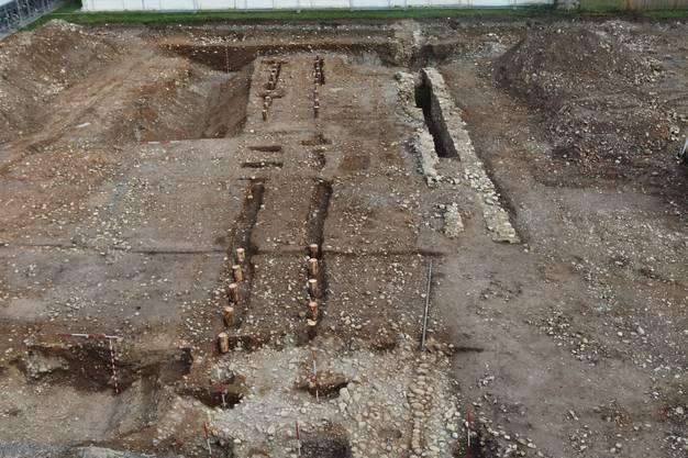 Bei Ausgrabungen im Areal der Klinik Königsfelden in Windisch hat die Kantonsarchäologie die Befestigung eines frührömischen Militärlagers und die Reste eines dazugehörigen Lagertors entdeckt.