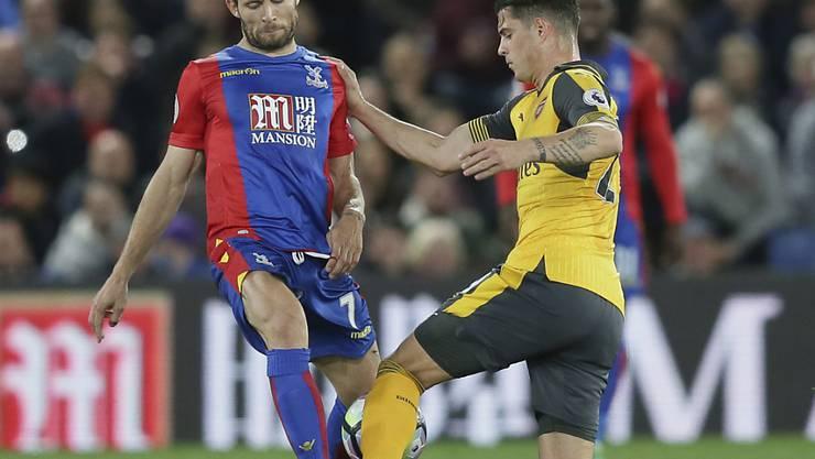 Granit Xhaka (rechts) kämpft gegen Yohan Cabaye um den Ball