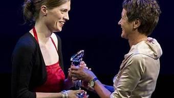 Sylvia Egli von Matt (r.), Direktorin der Schweizer Journalistenschule MAZ, übergibt den Preis an Sabine Kuster