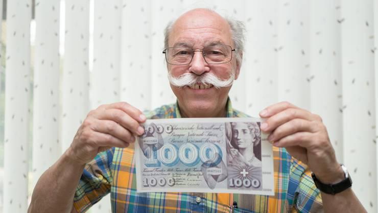 Paul Studer mit der dekorativen 1000er-Note der 5. Ausgabe der SNB, die erst im Jahr 2000 ihren Wert verlor. Mario Heller