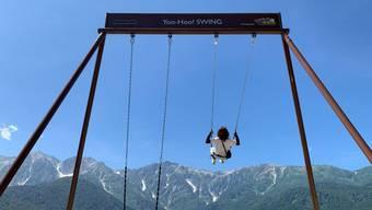 """HANDOUT - Eine Frau schaukelt auf einer  riesigen Schaukel. Die zweisitzige Schaukel mit dem Namen """"Yoo-Hoo"""" wurde auf dem Berg Iwatake installiert und begeistert die Japaner. ( Foto: --/nsd-hakuba.jp/dpa - ACHTUNG: Nur zur redaktionellen Verwendung im Zusammenhang mit der aktuellen Berichterstattung über """"Wie Heidi in den Alpen: Bergschaukel begeistert Japaner"""" und nur mit vollständiger Nennung des vorstehenden Credits"""