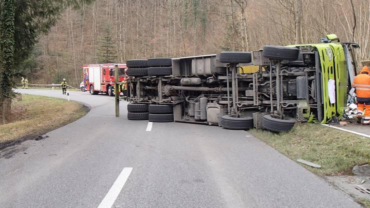 In einer Rechtskurve kippte der Lastwagen auf die Seite auf der Strasse zwischen Mülligen und Windisch.
