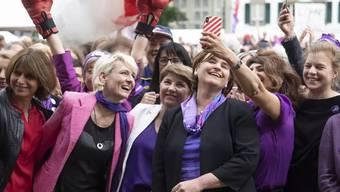 Der Frauenstreik führte zu Frauenboom bei den Nationalratswahlen. Im Bild: Nationalrätin Sibel Arslan (Grüne), macht ein Selfie mit Nationalrätin Nadine Masshardt (SP), Nationalratspräsidentin Marina Carobbio (SP), Bundesrätin Viola Amherd (CVP) und Nationalrätin Isabelle Moret (FDP, von rechts).