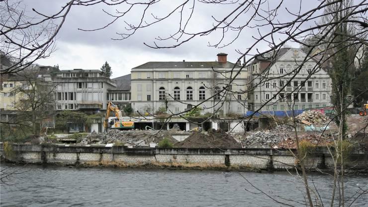 Die Arbeiten im Bäderquartier sind nach drei Monaten Bauzeit fortgeschritten: Das Römerbad ist bereits abgebrochen,derzeit ist der Bagger beim Thermalbad am Werk. In Kürze fahren die Maschinen auch beim «Staadhof» (l.) auf. Carla Stampfli