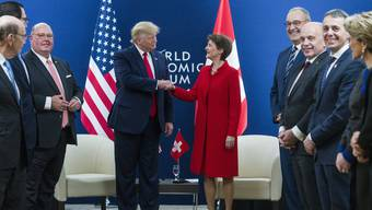 Am Dienstag in Davos: Simonetta Sommaruga mit Donald Trump, rechts die Bundesräte Ignazio Cassis, Ueli Maurer and Guy Parmelin. Links der US-Botschafter in Bern, Edward McMullen.