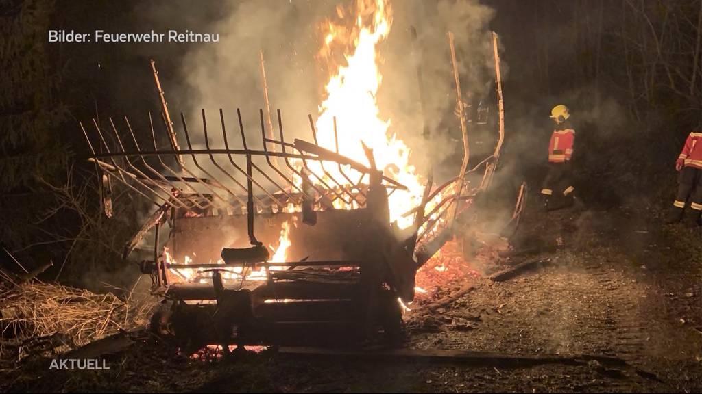 Müllbrand in Reitnau: Unbekannte stecken Wagen voller Abfall in Brand