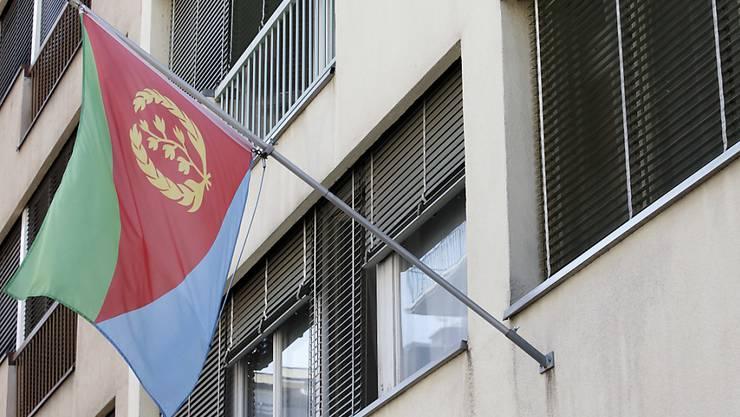 Die eritreische Flagge weht in Genf. Beim Generalkonsulat müssen Exil-Eritreer offenbar Steuern abgeben. (Archivbild)