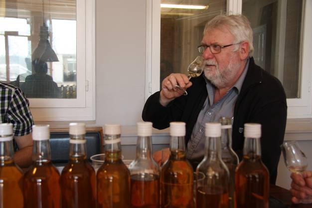 Brenner Hugo Grogg freut sich über seinen Whisky