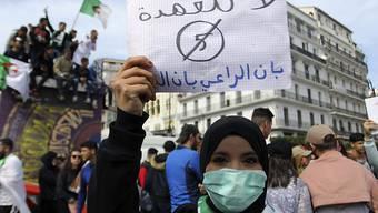 Keine fünfte Amtszeit für den greisen Abdelaziz Bouteflika. Studentin an einer Demonstration in Algier.
