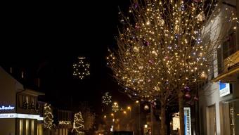 Die Weihnachtsbeleuchtung entlang der Fricker Hauptstrasse lässt die Herzen höher schlagen und sorgt für festliche Stimmung.