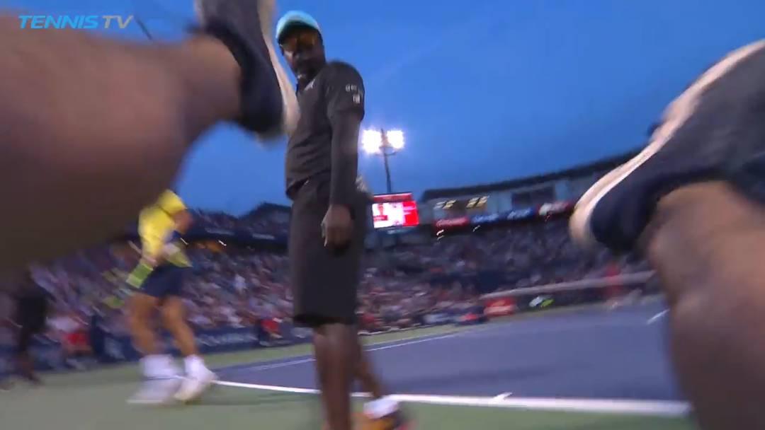 Da war er noch nicht zu bremsen: Hier haut Nadal einen Kameramann um
