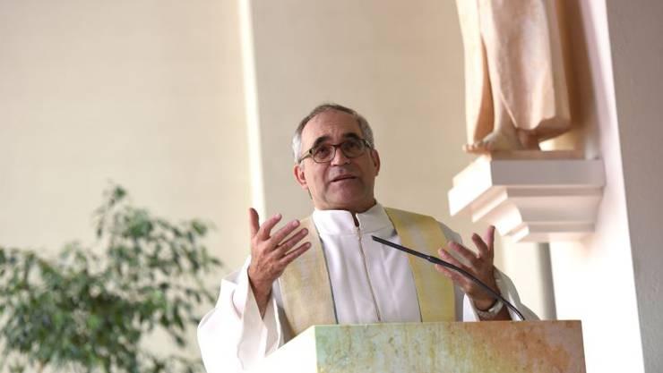 Pfarrer Franz Sabo diese Woche beim Gottesdienst in Röschenz. Foto: Juri Junkov