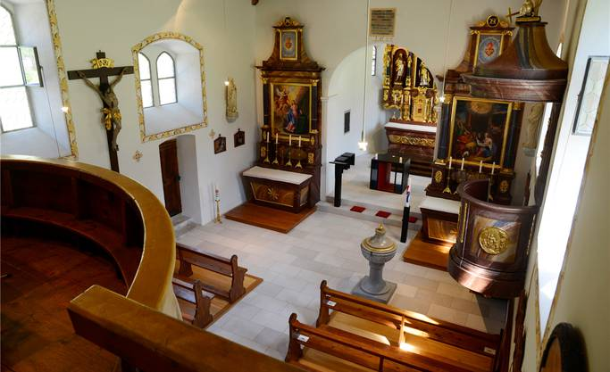 Nach der Renovation erscheint der eigentlich kleine Kirchenraum grösser; augenfällig ist die Neugestaltung des Chorraumes