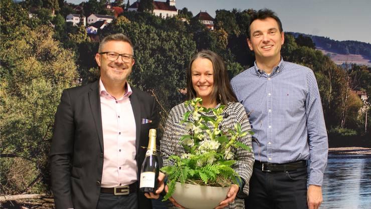 VR-Präsident Karsten Bugmann (l.) und Daniel Fischer, Vizeammann in Rüfenach, gratulieren der Leiterin Esther Bon zum geglückten Start. zvg