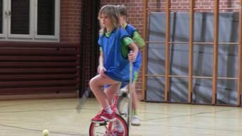 Die jungen Arlesheimer Einradfahrerinnen im Training.