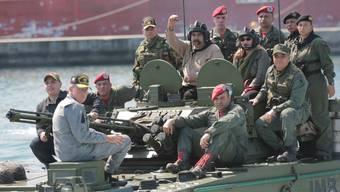 Nicolás Maduro (Mitte) an einer Militärübung: Der Machthaber Venezuelas muss um die Unterstützung der Soldaten bangen.