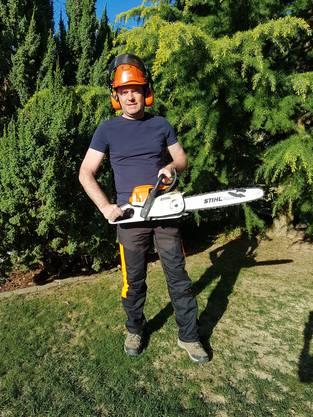 «Mit meiner Motorsäge mache ich mich im Wald nützlich», schreibt der EDU-Grossrat Rolf Haller.