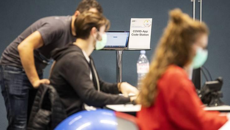 Virendetektive am Anschlag: Contact Tracing gerät schweizweit unter Druck.