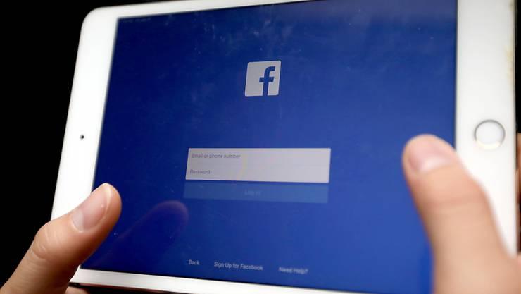 """Auf Facebook werden ab kommender Woche rassistische Hassposts zu """"weisser Vorherrschaft"""" gelöscht. (Symbolbild)"""